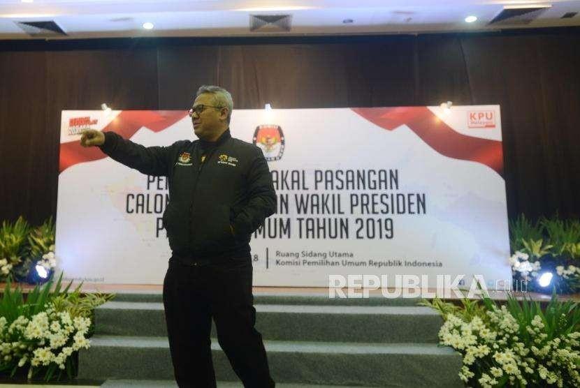 Ketua KPU Arief Budiman meninjau hari pertama pendaftaran bakal calon presiden dan wakil presiden pada Pemilu Presiden (Pilpres) 2019 di Kantor KPU, Jakarta, Sabtu (4/8).