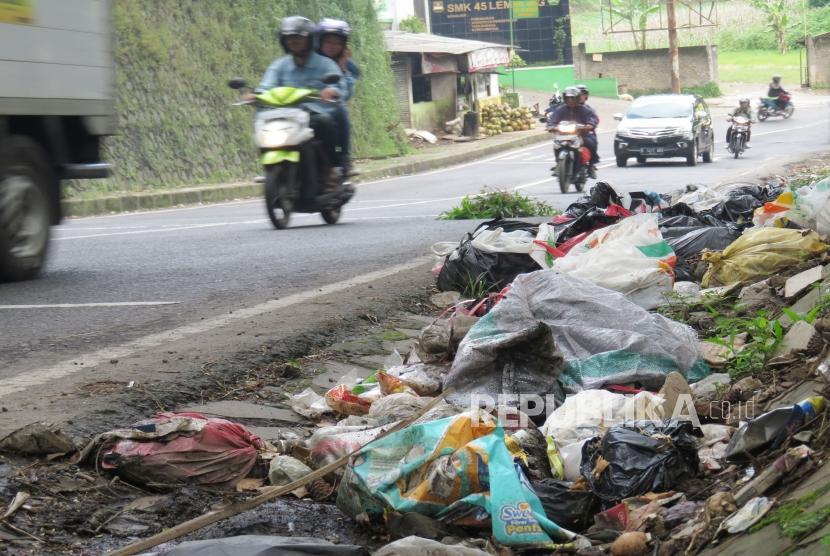 Tumpukan sampah yang sengaja dibuang secara sembarangan tampak di salah satu ruas Jalan Tangkubanparahu, Kecamatan Lembang, Kabupaten Bandung Barat, Ahad (11/3).