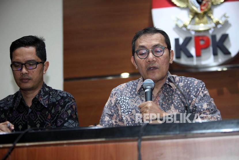 Wakil Ketua KPK Saut Situmorang (kanan) didampingi Jubis KPK Febri Diansyah (kiri) memberikan keterangan kepada media saat konferensi pers di  Gedung KPK, Jakarta, Jumat (10/11).