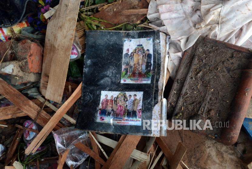 Salah satu foto yang berada di puing-puing reruntuhan bangunan yang terdampak tsunami di Desa Way Uli, Kalianda, Lampung Selatan, Selasa (25/12).