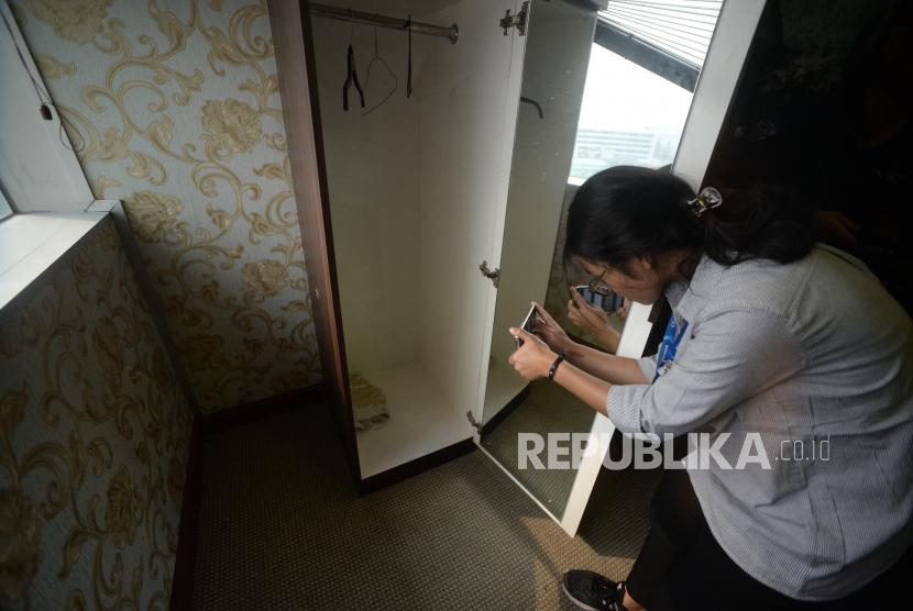 Jurnalis memotret lubang akibat peluru yang menembus ruangan  Anggota DPR RI komis 4 Fraksi Partai Demokrat Vivi Sumantri  terkait temuan peluru nyasar ke Nusantara 1 Gedung DPR RI, Jakarta, Rabu (17/10).