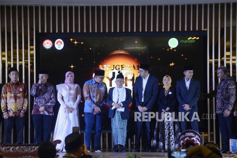 Ketua Umum MUI Ma'ruf Amin (tengah) bersama Menteri Pemuda dan Olahraga Imam Nahrawi dan Ketua KPI Pusat Yuliandre Darwis usai membuka acara Anugerah Syiar Ramadhan 2019 di Jakarta, Senin (15/7).