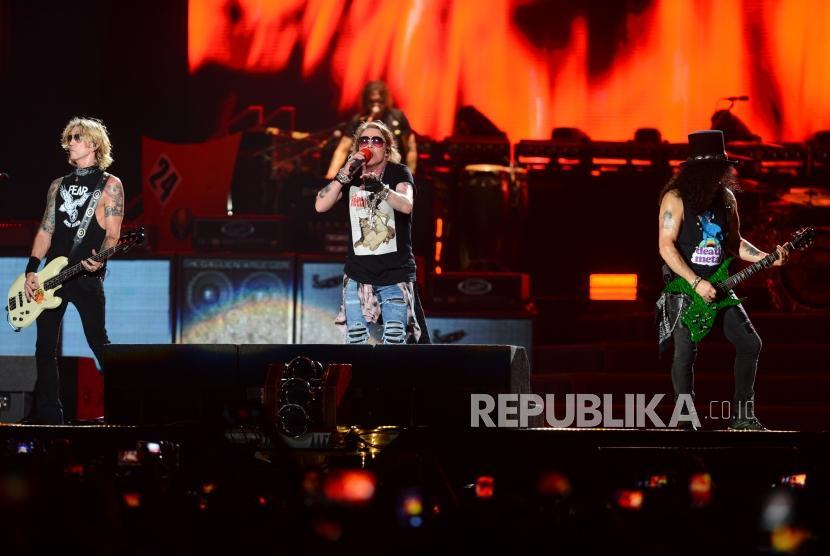 Grup band Guns N Roses menggelar konser bertajuk Not In This Lifetime Tour di Stadion Utama Gelora Bung Karno, Senayan, Jakarta, Kamis (8/11).