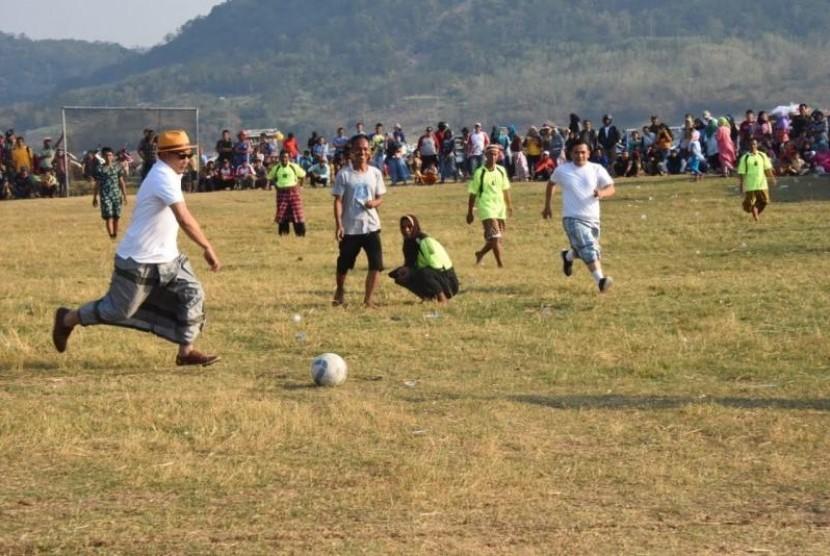 Ridwan Kamil Ikut Lomba Sepak Bola Sarung
