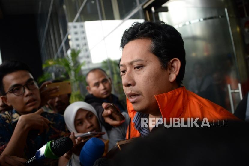 Bupati Cianjur Irvan Rivano Muchtar mengenakan rompi tahanan berjalan keluar ruangan seusai menjalani pemeriksaan di gedung KPK, Jakarta, Kamis (13/12).