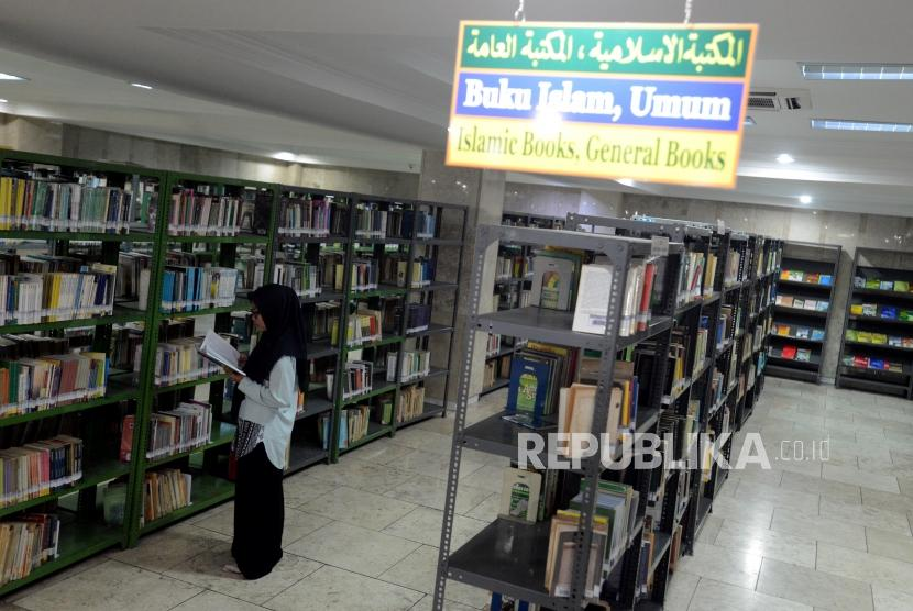 Perpustakaan Masjid Istiqlal. Pengunjung membaca buku di Perpustakaan Masjid Istiqlal, Jakarta, Senin (4/3).