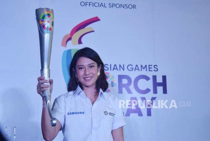 Artis Dian Sastro saat melakukan sesi foto bersama Republika di Jakarta, Rabu (11/7).