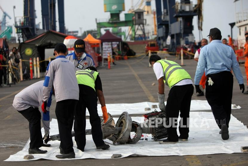 Debris of crashed Lion Air JT 610 was retreived from Tanjung Karawang waters in West Java and brought to Tanjung Priok Port, Jakarta, Wednesday (Nov 7).