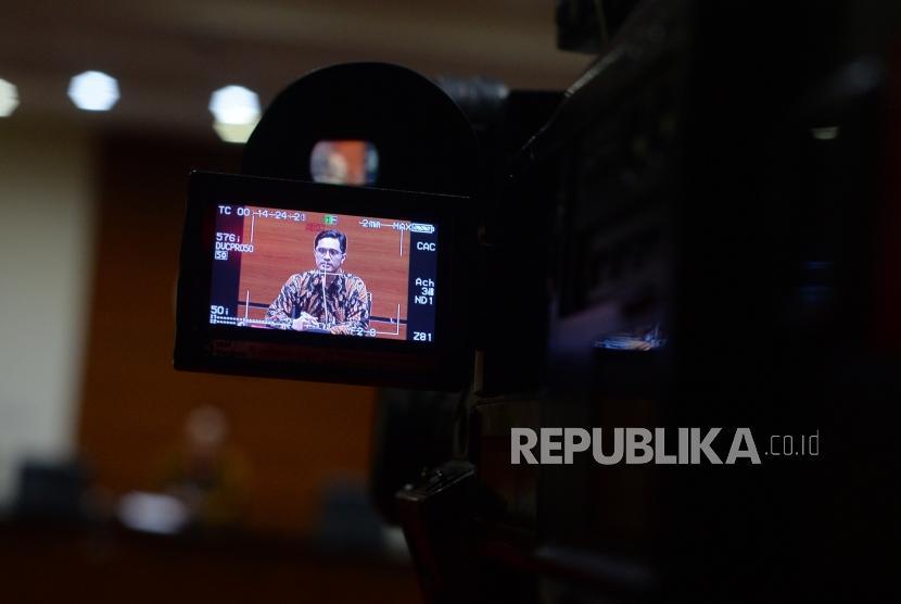 Juru bicara Komisi Pemberantasan Korupsi (KPK), Febri Diansyah memberikan keterangan dalam konferensi pers  terkait penetapan tersangka kasus  di Jakarta, Jumat (7/12).