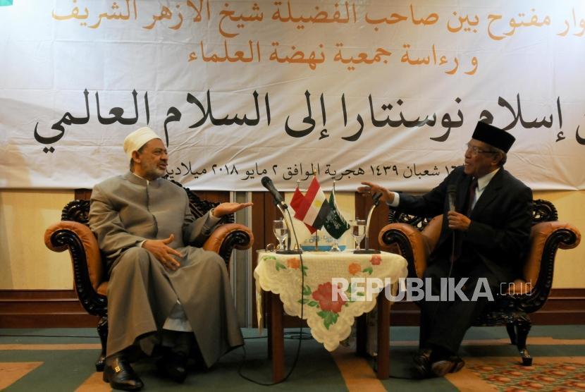 Grand Syeikh Al Azhar Ahmad Muhammad Ath-Thayyib (kiri) didampingi Ketua Umum PBNU KH. Said Aqil Siraj (kanan) memberikan paparan saat berkunjung ke Gedung PBNU, Jakarta, Rabu (2/5).