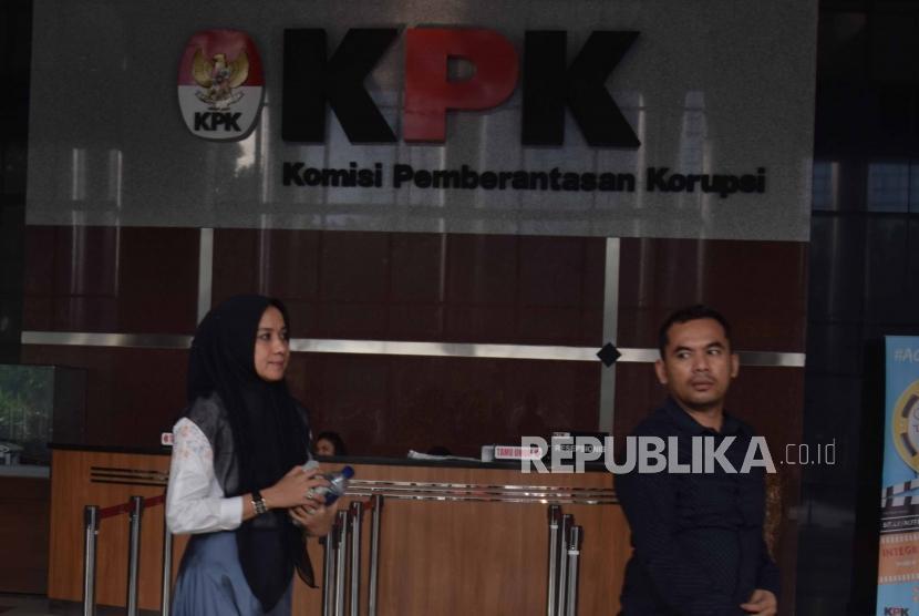 Istri dari tersangka Gubernur Aceh nonaktif, Irwandi Yusuf, Darwati A. Gani usai menjalani pemeriksaan di gedung Komisi Pemberantasan Korupsi (KPK), Jakarta, Selasa (31/7).