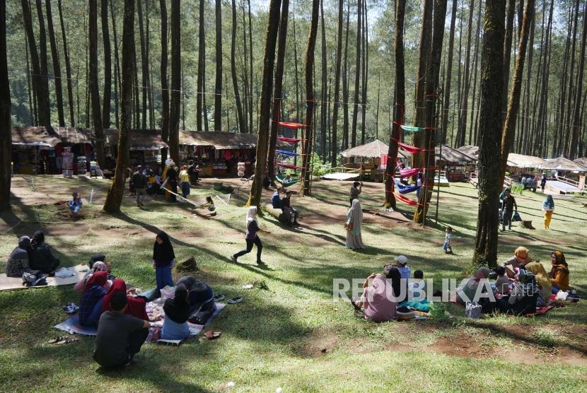 Hutan pinus Pal 16 Cikole, Kecamatan Lembang, Kabupaten Bandung Barat, dipadati pengunjung, Ahad (9/6).