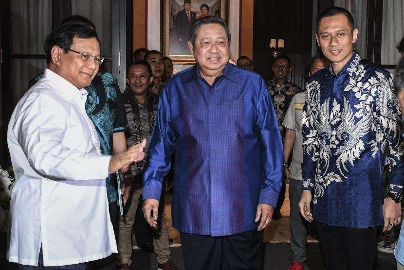 Ketua Umum Partai Demokrat Susilo Bambang Yudhoyono (tengah) didampingi putranya Agus Harimurti Yudhoyono (kanan) menerima kunjungan bakal calon Presiden Prabowo Subianto (kiri) di kediamannya di Kuningan, Jakarta, Rabu (12/9).