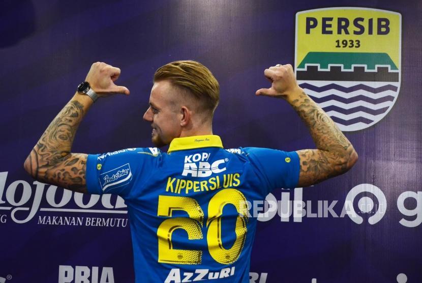 Pemain asing Persib anyar, Kevin van Kippersluis memperlihatkan nomor punggung saat diperkenalkan di Graha Persib Bandung, Jalan Sulanjana, Kota Bandung, Selasa (20/8).