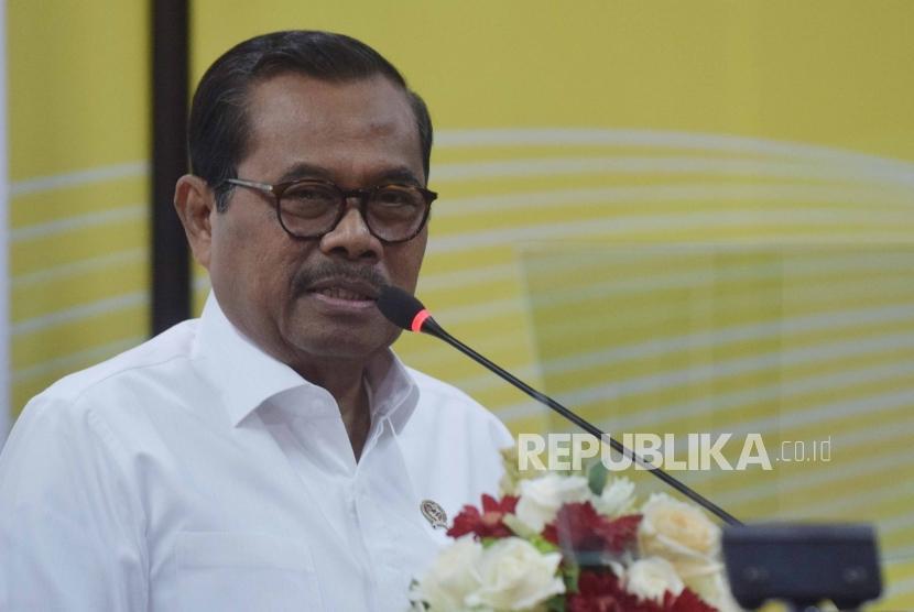 Jaksa Agung Muhammad Prasetyo  memberikan sambutan saat acara serah terima  barang rampasan KPK kepada  Kejaksaan Agung di Jakarta, Selasa (24/7).