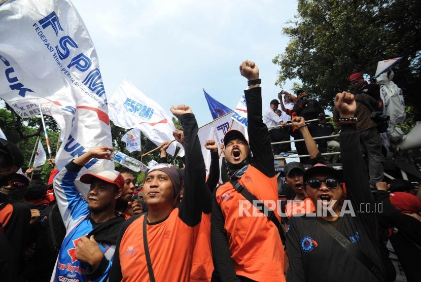 Demo. Puluhan ribu buruh dari berbagai daerah yang tergabung dari berbagai serikat pekerja di Indonesia melakukan unjuk rasa di depan Balaikota DKI Jakarta, Jumat(10/11). Aksi unjuk rasa ini bertujuan menolak upah murah dan meminta Gubernur DKI Jakarta Anies Baswedan untuk merevisi UMP DKI Jakarta.