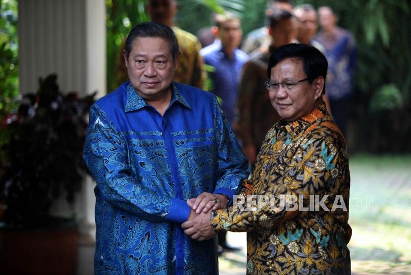 Ketua Umum Partai Gerindra Prabowo Subianto (kanan) berjabat tangan dengan Ketua Umum Partai Demokrat Susilo Bambang Yudhoyono (kiri) saat tiba di kediaman Prabowo, Jalan Kertanegara, Kebayoran Baru, Jakarta, Senin (30/7).