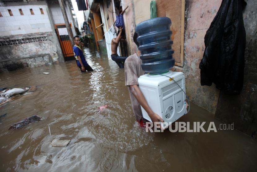 Warga memindahkan barang-barang saat banjir yang merendam rumahnya akibat luapan Kali Ciliwung di Kebon Pala, Kampung Melayu (ilustrasi)