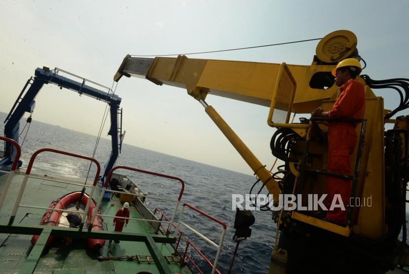 Sejumlah petugas SAR gabungan menurunkan kapal kecil untuk melakukan pencarian saat proses evakuasi pesawat Lion air JT 610 di Perairan Karawang, Jumat (2/11).