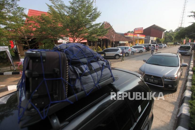 Sejumlah kendaraan teparkir di Rest Area Kilometer 102 Cikopo-Palimanan (Cipali), Subang Jawa Barat, Jumat (8/6).