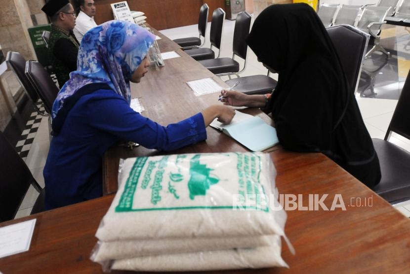 Panitia amil zakat melayani warga yang membayar zakat / Ilustrasi