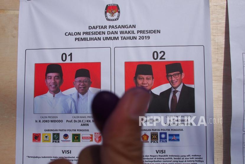 PEMILU 2019. Pemilih menunjukkan jari yang telah tercelup tinta di depan di papan pengumuman TPS 30 Cipagalo, Bandung, Rabu (17/4).