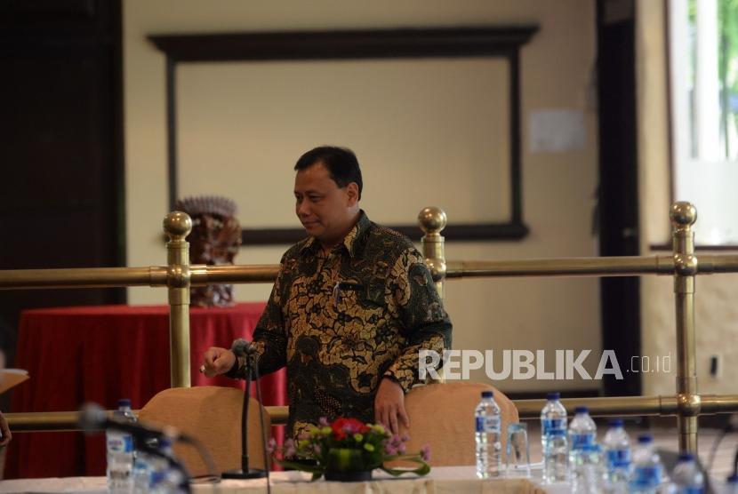 Pengawasan Penyempurnaan DPT. Ketua Bawaslu Abhan bersiap memimpin rapat kerja antara Bawaslu, KPU, dan Dukcapil di Jakarta, Selasa (30/10).
