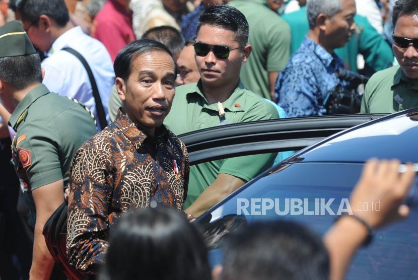 [ilustrasi] Presiden Republik Indonesia Ir Joko Widodo berjalan memasuki mobil usai memberikan sambutan dalam acara puncak peringatan hari pers nasional 2018 di Danau Cimpago, Kota Padang, Provinsi Sumatra Barat, Jumat, (9/2).