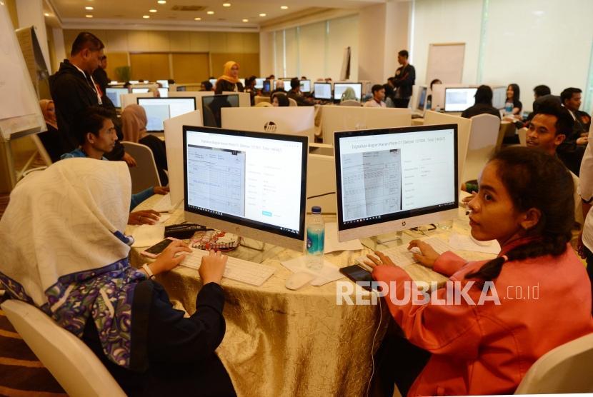 [ilustrasi] Sejumlah petugas saat menginput data formulir C1 di War Room Real Count, Hotel Gran Melia, Kuningan, Jakarta, Ahad (17/4).