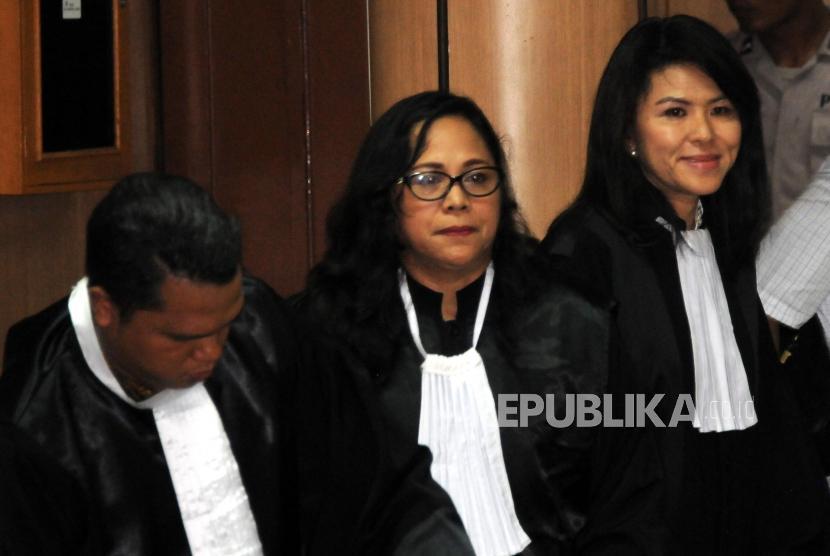 Kuasa Hukum Basuki Tjahaja Purnama alias Ahok yang juga Adiknya Fifi Lety Indra (kanan) bersama tim kuasa hukum menghadiri sidang Peninjauan Kembali (PK) ke Mahkamah Agung (MA) terkait kasus penistaan agama di Pengadilan Negeri Jakarta Utara, Jakarta, Senin (26/2).
