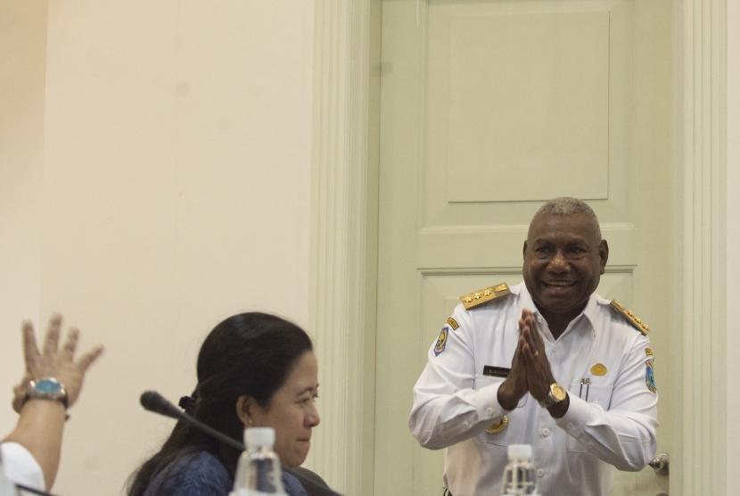 Gubernur Papua Barat Dominggus Mandacan (kanan) memberi salam menjelang rapat terbatas mengenai Papua Barat, di Kantor Kepresidenan, Jakarta, Rabu (19/7).