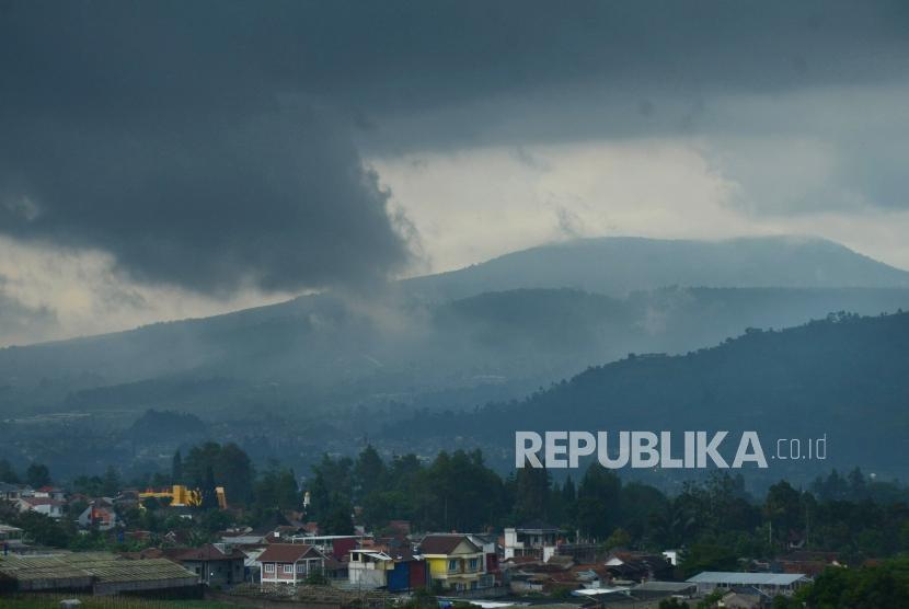 Awan hitam menggelayut di atas perbukitan kawasan Lembang, Kabupaten Bandung Barat, Rabu (12/12).