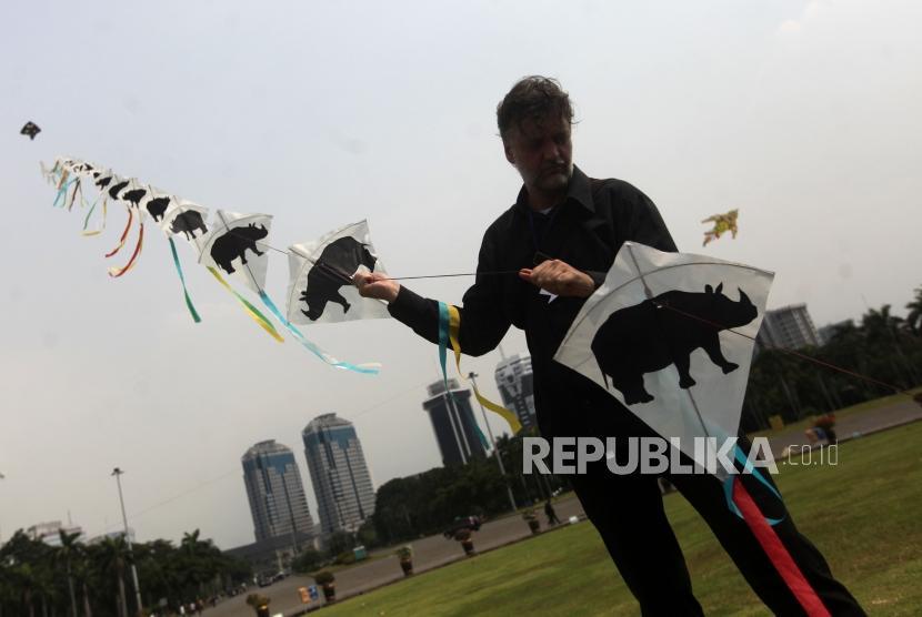 Peserta bermain layang-layang saat acara pameran India-Indonesia Kite Exibition di Lapangan Monas, Jakarta, Rabu (30/5).