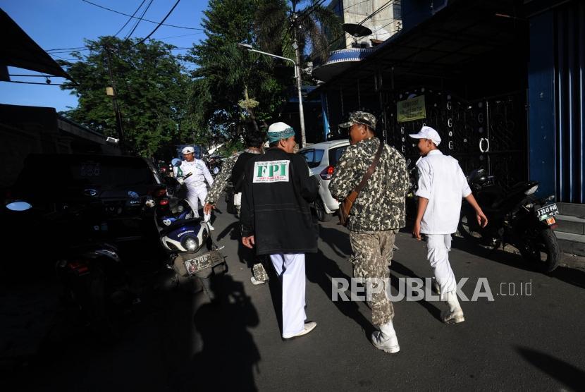 Laskar FPI melintas di kawasan markas DPP FPI di Petamburan, Jakarta, Rabu (21/1).