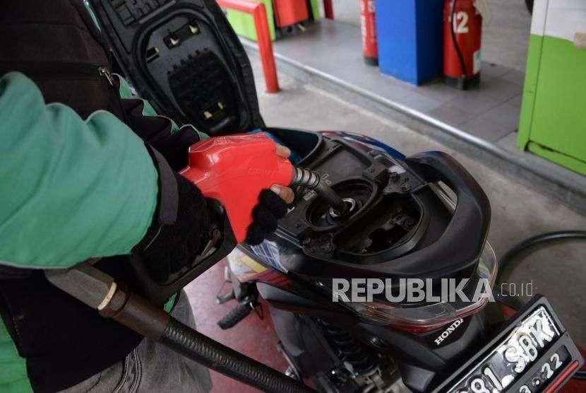Konsumen mengisi BBM jenis Pertamax Turbo ke kendaraannya.(Ilustrasi)