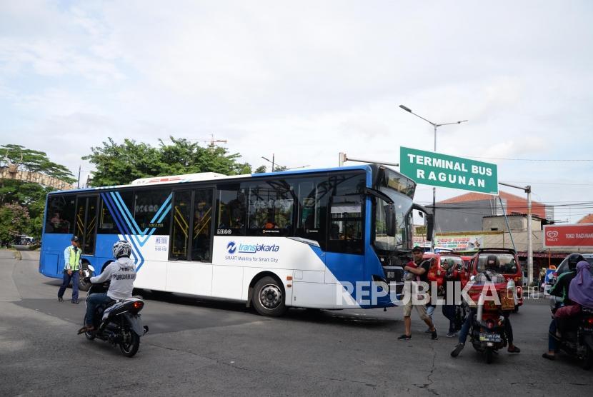 Kendaraan Transjakarta melintas di kawasan Kebun Binatang Ragunan Jakarta Selatan, Ahad, (30/12).