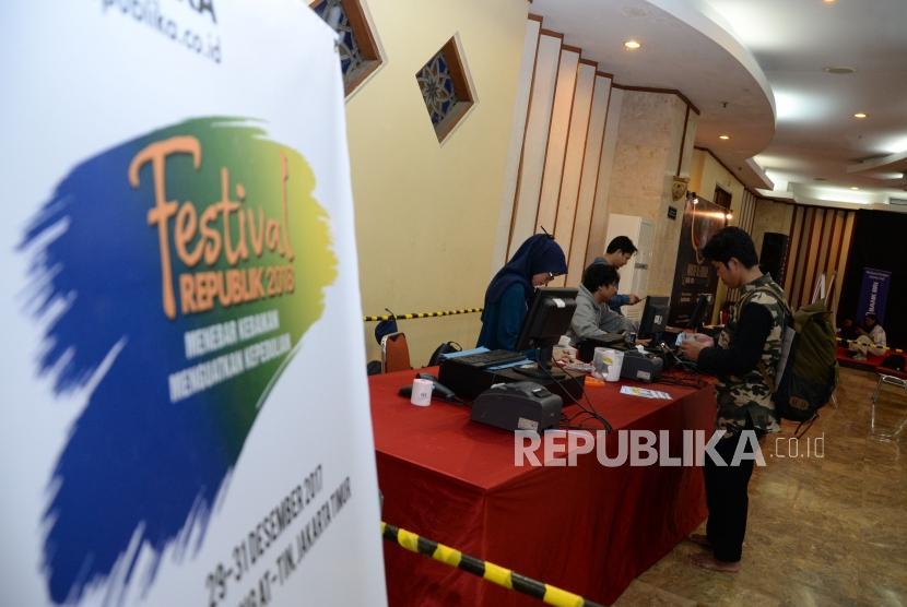 Pengunjung Hijrah Book Fest membeli buku dalam acara festival republik di Masjid At-Tin Jakarta, Sabtu (29/12).