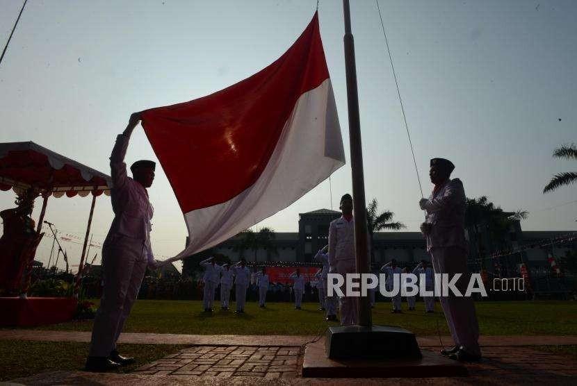 ilustrasi pengibaran bendera