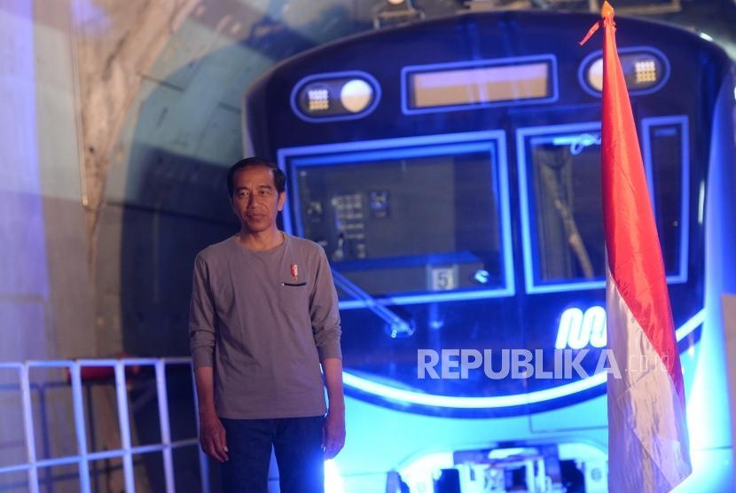Peresmian MRT Fase 1. Presiden Joko Widodo berfoto di depan MRT Ratangga usai penandatanganan prasaasti peresmian MRT di Stasiun MRT Bundaran Hotel Indonesia, Jakarta, Ahad (24/3/2019).