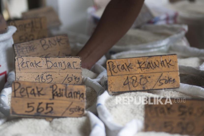 Papan Harga beras di Pasar Induk Beras Cipinang, Jakarta, Selasa (26/12).