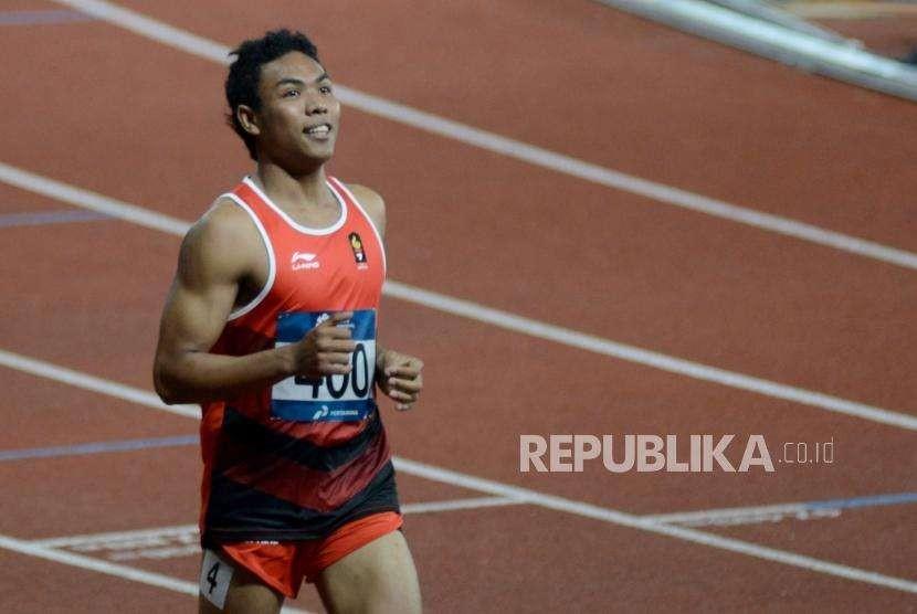Atlet lari Indonesia Lalu Muhammad Zohri usai tiba di garis finish pada babak semi final cabang olahraga atletik Asian Games 2018 kategori lari 100 meter putra di Stadion Utama Gelora Bung Karno, Jakarta, (Ahad (26/8).