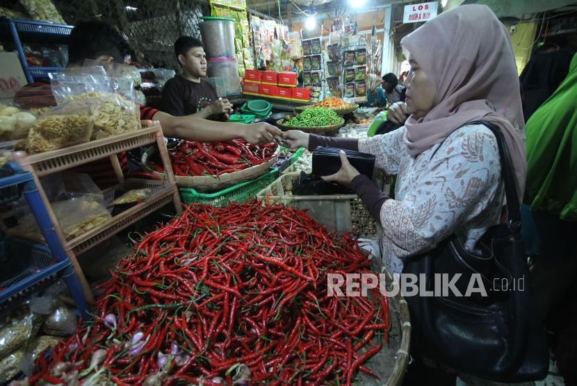 Seorang pengunjung berbelanja cabai merah, di Pasar Kosambi, Kota Bandung, Selasa (13/5).