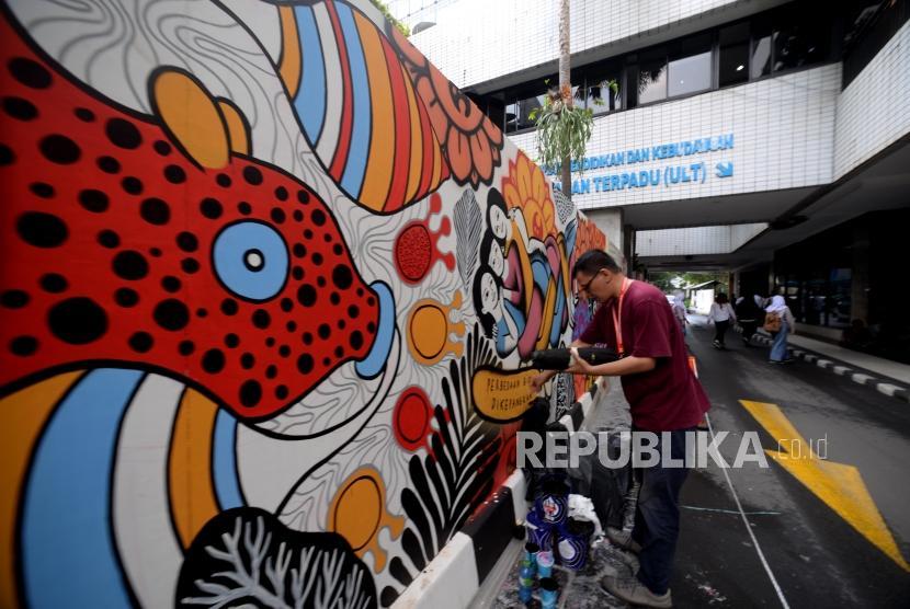Seniman mural Indonesia mengambar mural dalam acara kongres kebudayaan Indonesia di Kementerian Pendidikan dan Kebudyaan  Indonesia, Jakarta, Kamis (6/12).