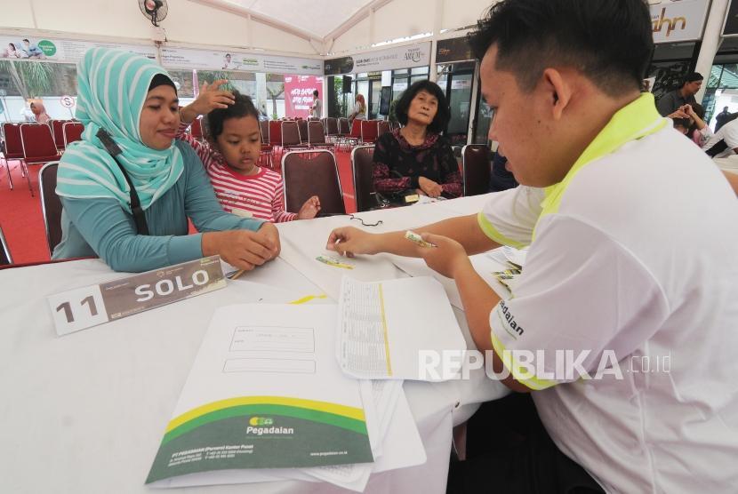 Petugas melayani pemudik di Kantor Pusat Pegadaian, Jakarta, Jumat (8/6).