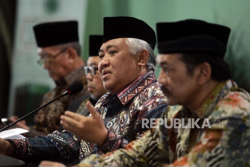 Ketua Dewan Pertimbangan MUI Din Syamsuddin (kedua kanan) didampingi Sekertaris Dewan Pertimbangan MUI Noor Achmad (kanan) dan Wakil Ketua Dewan Pertimbangan MUI Didin Hafiduddhin (kedua kiri) memberikan penjelasan saat Rapat Pleno di Kantor MUI, Jakarta, Rabu (27/3).
