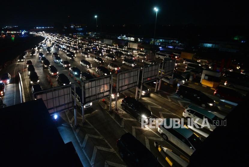 Kendaraan memadati pintu gerbang tol Cikarang Utama, Kabupaten Bekasi, Jawa Barat, Sabtu (22/12) malam.