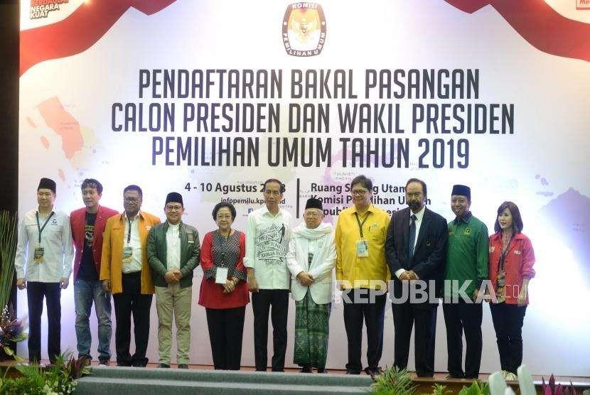 Pendaftaran Calon Presiden Jokowi. Pasangan Capres-Cawapres Joko Widodo dan Maruf Amin (tengah) berfoto bersama partai pendukung usai menyerahkan berkas pendaftaran kepada KPU di KPU Pusat, Jakarta, Jumat (10/8).