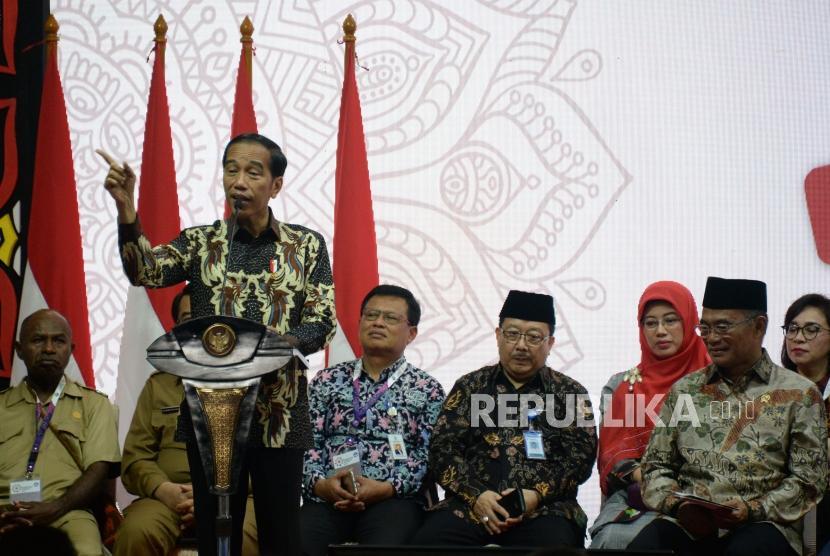 Presiden Joko Widodo menyampaikan sambutan pada acara pembukaan Rembuk Nasional Pendidikan dan Kebudayaan (RNPK) 2019 di Pusdiklat Kemendikbud, Depok, Jawa Barat,Selasa (12/2).