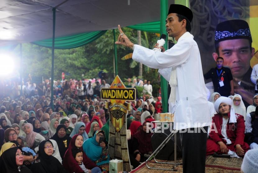 Ustaz Abdul Somad  saat menyampaikan ceramah di Masjid Baitussalam, Serpong, Tangerang, Rabu (11/7).