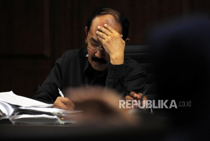 Terdakwa kasus merintangi penyidikan kasus korupsi E-KTP Fredrich Yunadi mendengarkan keterangan saksi saat menjalani sidang lanjutan di Pengadilan Tipikor, Jakarta, Kamis (5/4).